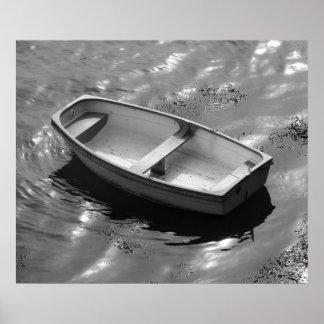 Barco de rowing suavemente oscilante en un día de  poster