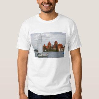 Barco de vela con el castillo de la isla por el polera