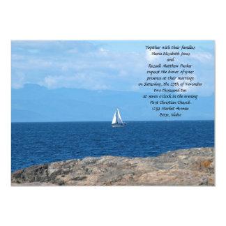 Barco de vela en el boda profundo del agua azul invitaciones personales