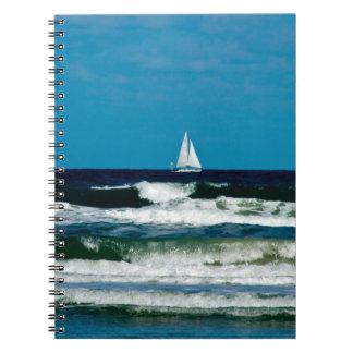 Barco de vela en el océano libro de apuntes