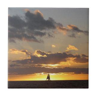 Barco de vela en la puesta del sol azulejo cuadrado pequeño