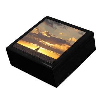 Barco de vela en la puesta del sol cajas de recuerdo