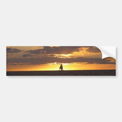 Barco de vela en la puesta del sol etiqueta de parachoque