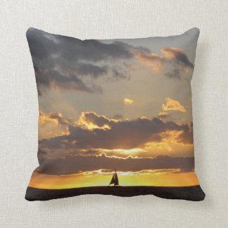 Barco de vela en la puesta del sol almohada