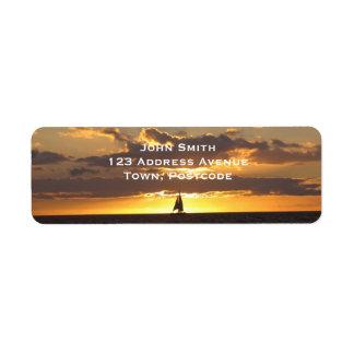 Barco de vela en la puesta del sol etiqueta de remitente