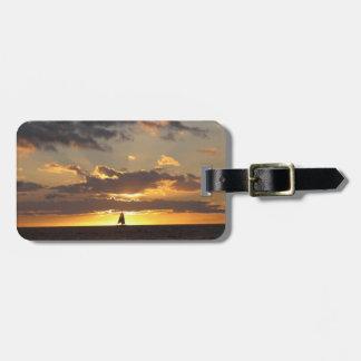Barco de vela en la puesta del sol etiquetas bolsas