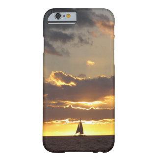 Barco de vela en la puesta del sol funda de iPhone 6 barely there