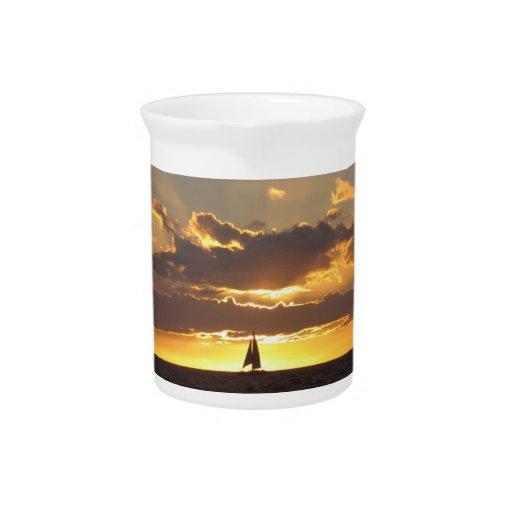 Barco de vela en la puesta del sol jarra para bebida