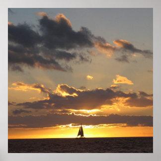 Barco de vela en la puesta del sol posters