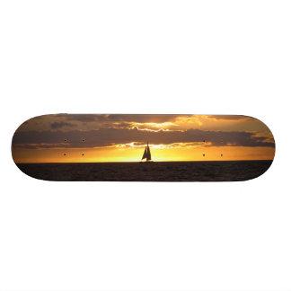 """Barco de vela en la puesta del sol patineta 7 3/4"""""""