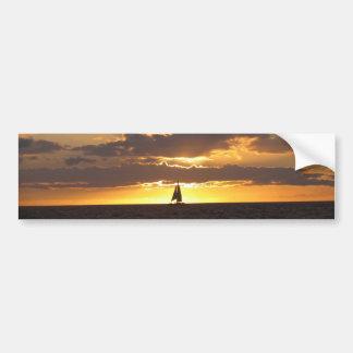 Barco de vela en la puesta del sol pegatina para auto