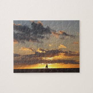 Barco de vela en la puesta del sol rompecabeza con fotos