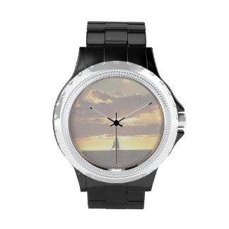 Barco de vela en la puesta del sol relojes de mano