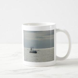 barco del camarón del golfo taza