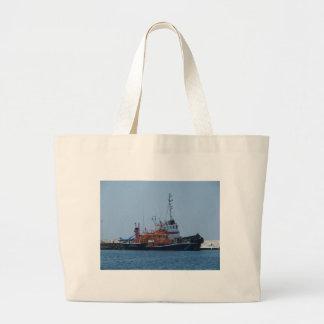 Barco del guardacostas y barco del tirón bolsas