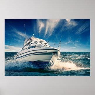 Barco del poder que entra en el puerto de póster