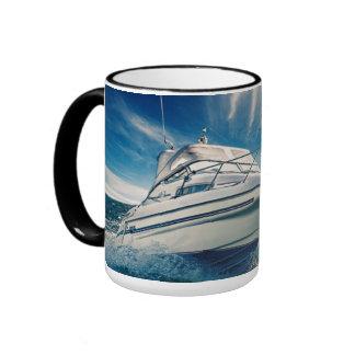 Barco del poder que entra en el puerto de taza de dos colores