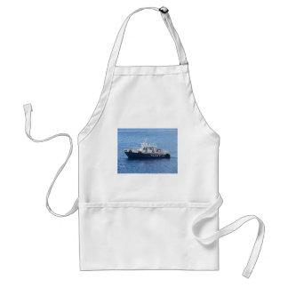 Barco del tirón en el agua azul delantal