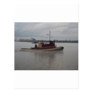 Barco del tirón en la niebla postal