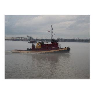 Barco del tirón en la niebla tarjetas postales