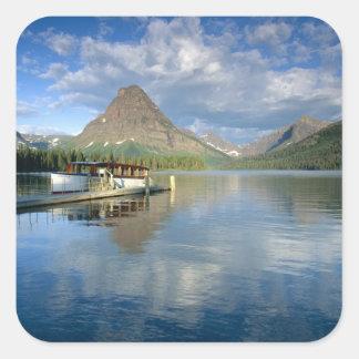 Barco del viaje atracado en el lago dos medicine pegatina cuadrada
