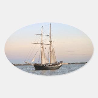 Barco del viaje de Manhattan Pegatina Ovalada