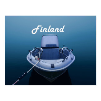 Barco en el mar de niebla en la postal de