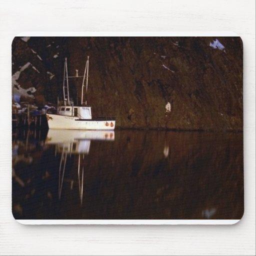 Barco en el pueblo alfombrilla de raton