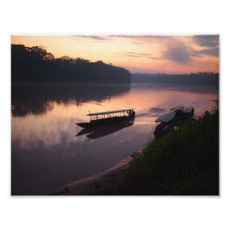 Barco en el río en la selva tropical del Amazonas Fotografias