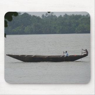 Barco en el río alfombrillas de ratón