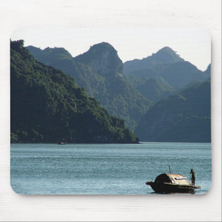 Barco en la bahía de Halong Tapetes De Ratón