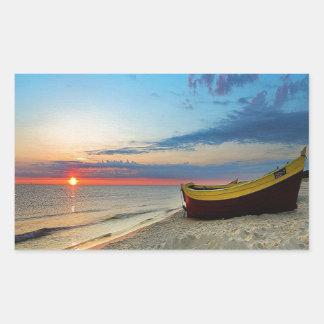Barco en una playa rectangular pegatina
