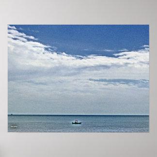 Barco hacia fuera en los mares póster