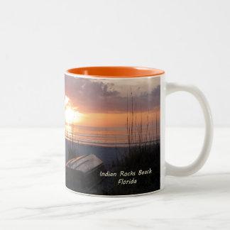 Barco indio de la playa de la puesta del sol de la taza de dos tonos