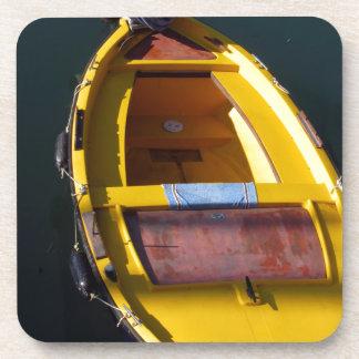 Barco italiano colorido en el mar posavasos