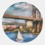 Barco - navegación debajo del puente de Brooklyn Pegatinas Redondas
