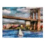 Barco - navegación debajo del puente de Brooklyn Tarjetas Postales