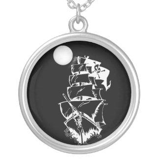 Barco pirata en los altos mares colgante redondo