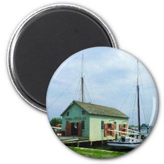 Barco por la cabaña de la ostra imanes de nevera