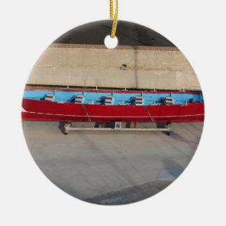 Barco que compite con de madera con diez asientos adorno navideño redondo de cerámica