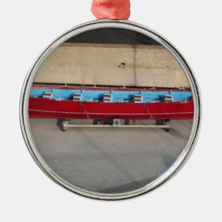 Barco que compite con de madera con diez asientos adorno navideño redondo de metal