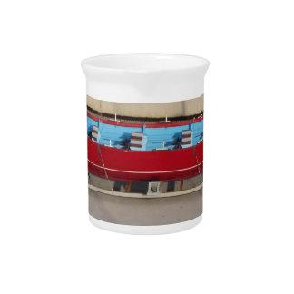 Barco que compite con de madera con diez asientos jarras para bebida