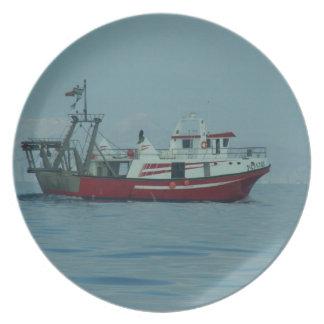 Barco rastreador rojo y blanco plato de cena