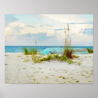 Barco sereno en la playa con la avena del mar póster