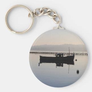 Barco solitario en el lago llaveros