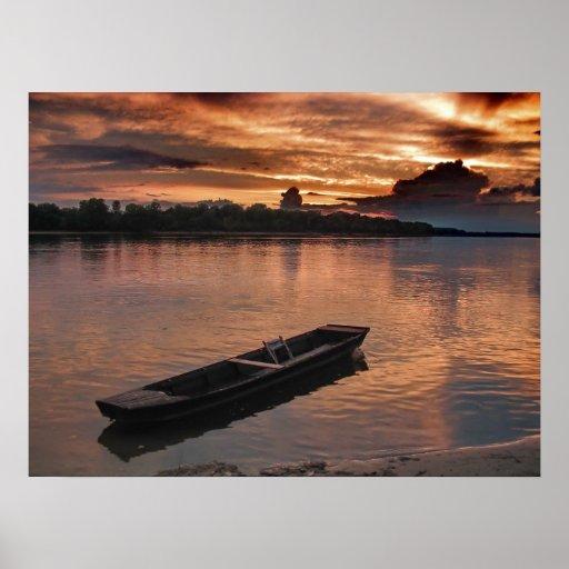 Barco solo en la puesta del sol en el río Danubio Póster