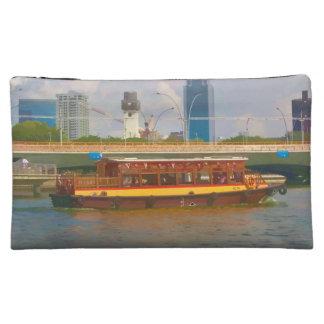 Barco turístico en Singapur en el río