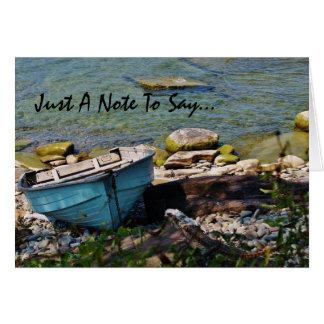 Barco varado en el lago tarjeta de felicitación
