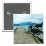Barco y muelle en el lago pins