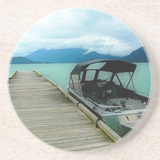 Barco y muelle en el lago posavasos para bebidas